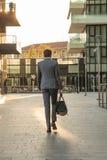 El hombre de negocios camina en el nuevo centro finacial de Milán con un bolso del gimnasio Fotos de archivo libres de regalías