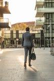 El hombre de negocios camina en el nuevo centro finacial de Milán con un bolso del gimnasio Fotografía de archivo libre de regalías