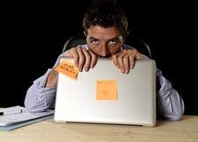 El hombre de negocios cansado atractivo cansó la cantidad de trabajo pesado abrumada agotada en la oficina Imagen de archivo