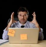 El hombre de negocios cansado atractivo cansó la cantidad de trabajo pesado abrumada agotada en la oficina Imagenes de archivo