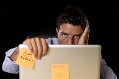 El hombre de negocios cansado atractivo cansó la cantidad de trabajo pesado abrumada agotada en la oficina Fotos de archivo libres de regalías
