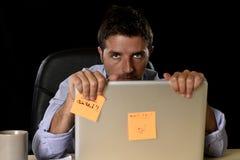 El hombre de negocios cansado atractivo en camisa y lazo cansó la cantidad de trabajo pesado abrumada agotada en la oficina Foto de archivo libre de regalías