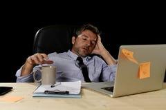 El hombre de negocios cansado atractivo en camisa y lazo cansó la cantidad de trabajo pesado abrumada agotada en la oficina Imagen de archivo