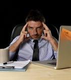 El hombre de negocios cansado atractivo en camisa y lazo cansó la cantidad de trabajo pesado abrumada agotada en la oficina Foto de archivo