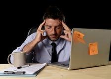 El hombre de negocios cansado atractivo en camisa y lazo cansó la cantidad de trabajo pesado abrumada agotada en la oficina Imágenes de archivo libres de regalías