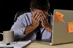 El hombre de negocios cansado atractivo en camisa y lazo cansó la cantidad de trabajo pesado abrumada agotada en la oficina fotografía de archivo libre de regalías