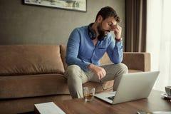El hombre de negocios cansado trabaja en casa en el proyecto del negocio foto de archivo libre de regalías