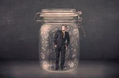 El hombre de negocios capturó en el tarro de cristal con los medios iconos dibujados mano c Imagenes de archivo