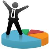 El hombre de negocios celebra el gráfico de sectores del éxito de mercado Fotos de archivo libres de regalías