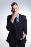 El hombre de negocios chocado cubre la boca Foto de archivo