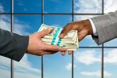 El hombre de negocios compensa deudas en el d3ia Fotos de archivo