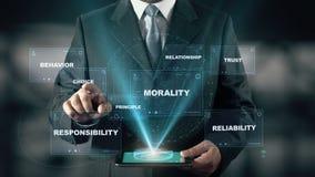 El hombre de negocios con concepto del holograma de la ética empresarial elige la opción de palabras metrajes