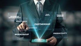 El hombre de negocios con concepto del holograma de la gestión corporativa elige la reunión de reflexión de palabras
