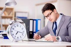 El hombre de negocios con el fall del reloj para cumplir plazos Imágenes de archivo libres de regalías