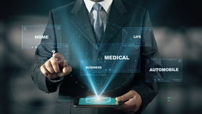 El hombre de negocios con el holograma de la seguro por invalidez elige la pregunta de palabras stock de ilustración