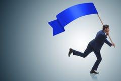 El hombre de negocios con la bandera en blanco que corre en concepto del negocio Foto de archivo libre de regalías