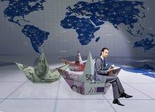 El hombre de negocios con los barcos del papel del dólar Foto de archivo libre de regalías