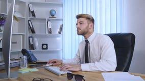 El hombre de negocios con los brazos aumentó la celebración de éxito en oficina almacen de metraje de vídeo