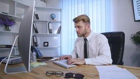 El hombre de negocios con los brazos aumentó la celebración de éxito en oficina Cámara lenta almacen de metraje de vídeo