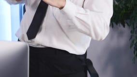 El hombre de negocios con los brazos aumentó la celebración de éxito en oficina Cierre para arriba almacen de video