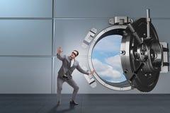 El hombre de negocios con los ojos vendados en puerta delantera de la cámara acorazada del ot fotos de archivo libres de regalías