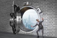 El hombre de negocios con los ojos vendados en puerta delantera de la cámara acorazada del ot fotos de archivo