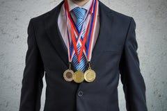 El hombre de negocios concedido está llevando muchas medallas foto de archivo libre de regalías