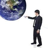 El hombre de negocios conecta el mundo (imagen de la opinión de la tierra de h Fotografía de archivo