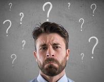 El hombre de negocios confuso y pensativo se preocupó del futuro imagen de archivo