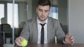 El hombre de negocios consiguió malas noticias en la oficina almacen de metraje de vídeo