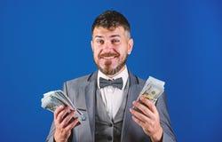 El hombre de negocios consigui? el dinero del efectivo Concepto de la riqueza y del bienestar Consiga el efectivo f?cil y r?pidam fotografía de archivo libre de regalías