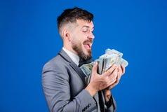 El hombre de negocios consigui? el dinero del efectivo Gane el dinero real Concepto de la riqueza y del bienestar Negocio de la t imagenes de archivo