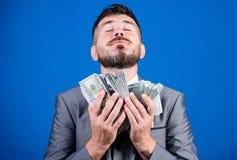El hombre de negocios consigui? el dinero del efectivo Tome mi dinero Gane el dinero real Concepto de la riqueza y del bienestar  fotos de archivo libres de regalías