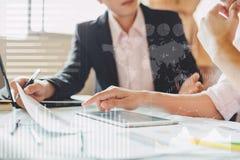 El hombre de negocios consulta y comprobando el resultado financiero de la economía de la compañía con trabajo en equipo foto de archivo