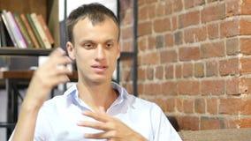 El hombre de negocios creativo en moderno comienza para arriba la oficina, discutiendo nuevo proyecto, idea, almacen de video