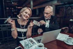El hombre de negocios da el dinero a la mujer sonriente foto de archivo libre de regalías