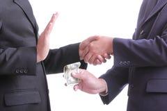 El hombre de negocios da a dinero para la corrupción algo Fotografía de archivo libre de regalías