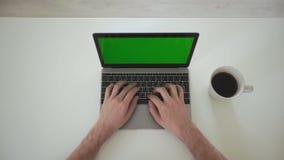 El hombre de negocios da mecanografiar en un ordenador con la pantalla de visualización verde almacen de metraje de vídeo