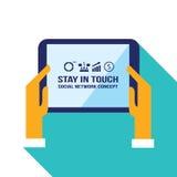 El hombre de negocios da sostener la tableta con concepto social de la comunicación de la red de los iconos del web Fotos de archivo libres de regalías
