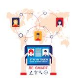 El hombre de negocios da sostener la tableta con los iconos del web en concepto social de la red del fondo del mapa del mundo Fotos de archivo libres de regalías