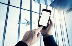 El hombre de negocios de la foto que sostiene smartphone moderno empuja el botón manualmente El blanco aislado pantalla vacía, ae imagen de archivo libre de regalías