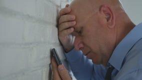 El hombre de negocios decepcionado en oficina leyó malas noticias financieras en el teléfono móvil foto de archivo
