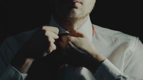 El hombre de negocios del concepto o el oficinista cansado después de trabajo, varón desata el lazo y botón el deshacer de la cam almacen de video