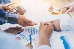 El hombre de negocios del leaderof del equipo está señalando resultados financieros Imagenes de archivo