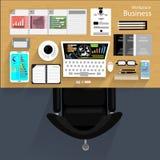 El hombre de negocios del lugar de trabajo del vector vio el uso de la tecnología de las comunicaciones moderna, cuaderno, teléfo Foto de archivo libre de regalías