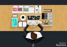 El hombre de negocios del lugar de trabajo del vector vio el uso de la tecnología de las comunicaciones moderna, cuaderno, teléfo Imagenes de archivo