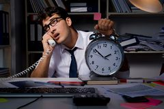 El hombre de negocios del hombre que trabaja últimas horas en la oficina Foto de archivo