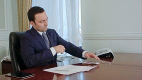 El hombre de negocios deshonesto en traje mira detrás, cuenta el dinero y toma algún billete de banco euro almacen de video
