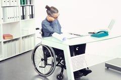 El hombre de negocios discapacitado en silla de ruedas es triste fotos de archivo