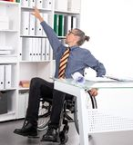 El hombre de negocios discapacitado en silla de ruedas y tiene problemas Fotos de archivo libres de regalías